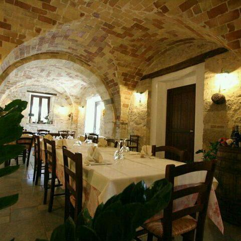 The rustic dining room at Country House Casale Centurione Manoppello © all rights reserved.